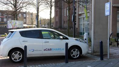 Elektrische auto aan de oplader op de Markt in Geleen.