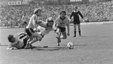 Ehlen (liggend) tackelt Lerby (Roda JC-Ajax, '82)