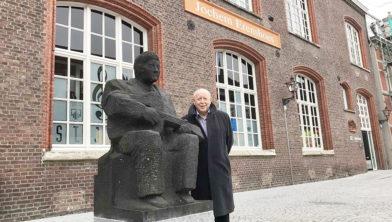 Leon Vleugels naast het beeld van Jochem Erens  op het Kloosterplein