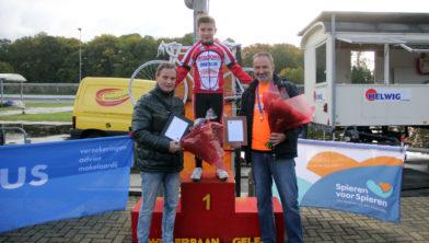 Jarne Vannut met Ad Wijnands (l) en Michel van Dijke