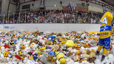 Teddy Bear Toss: duizenden knuffels op het ijs
