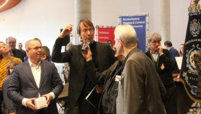 vlnr: Ger Koopmans en Jos Bessems ontvingen de 'Zitterd Gift' van Peter van Deursen