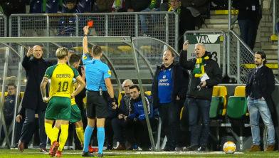 ... de onterechte rode kaart voor Jorrit Smeets tegen FC Groningen ...
