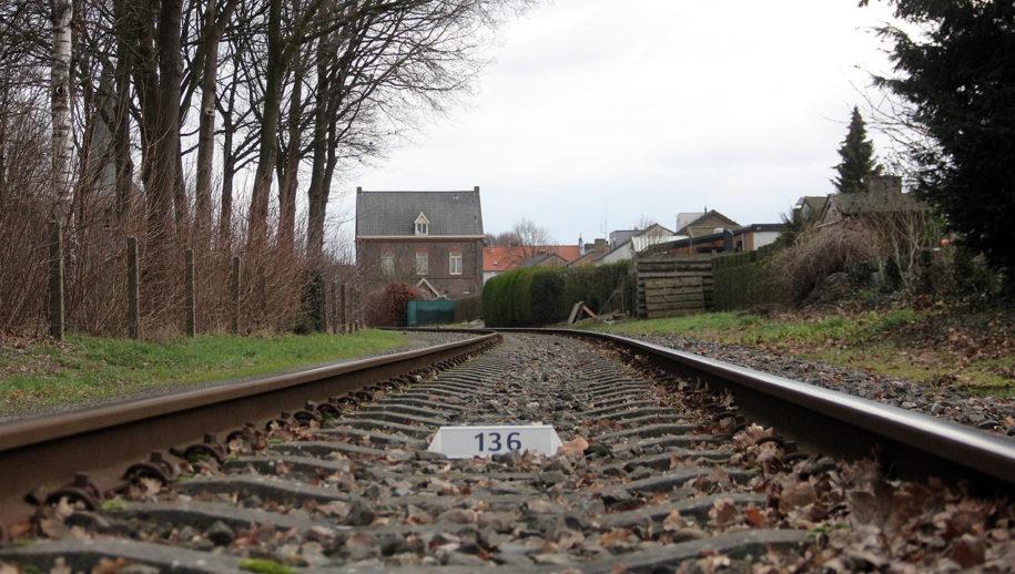 Zicht vanaf de overweg op het spoor in oostelijke richting