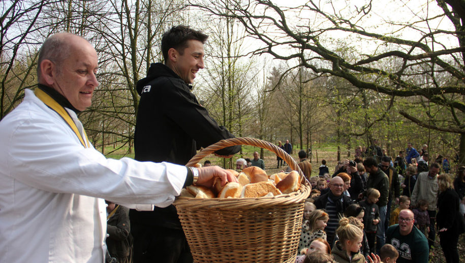 Andrija Novakovich hielp mee met krombroodjes gooien