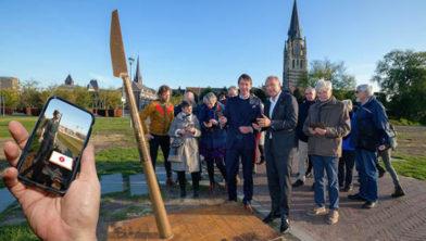 Wethouder Jos Bessems en gedeputeerde Ruud Burlet leidden de ArcheoRoute Limburg in Sittard in.