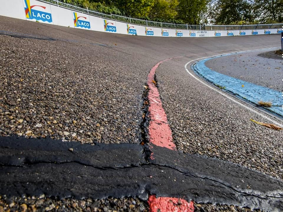 scheuren in asfalt wielerbaan Geleen