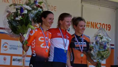Nederlands kampioene 2019 Lorena Wiebes, geflankeerd door Marianne Vos (zilver) en Amy Pieters (brons)