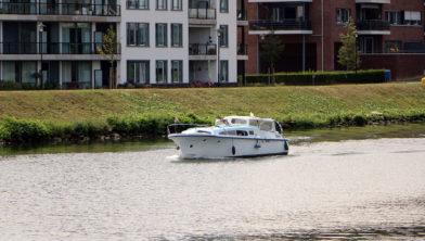 <em>Plezierjacht op het Julianakanaal bij Urmond</em>