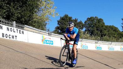 Theo Ankone rijdt uurrecord op Geleense wielerbaan