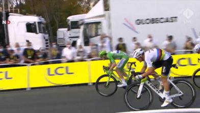 <em>Sam Bennett wint sprint op Champs Élysées</em>
