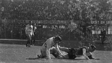 <em>10-10-1965: Feyenoord-Fortuna '54 -  Harrie Brüll in duel met Coen Moulijn</em>