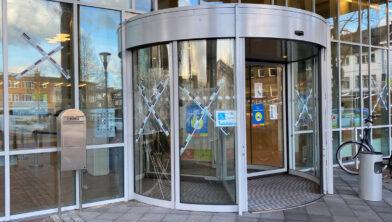 <em>Beschadigde ramen gemeentehuis in Geleen</em>