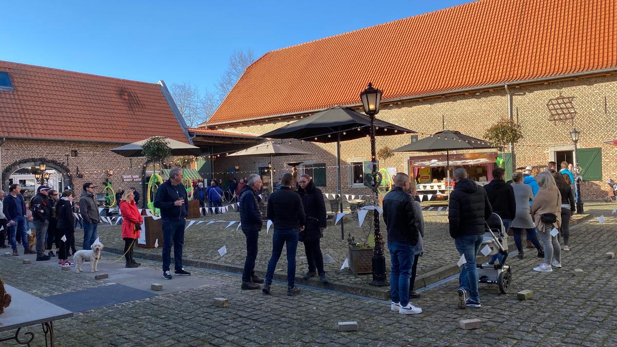 Wachtrij op de cour van de Biesenhof