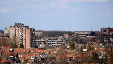 <em>Cityflat Geleen (links), gezien vanaf dak Van Goyenflat</em>