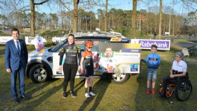 <em>Gedeputeerde Van den Akker (uiterst links) reikte de cheque uit aan leden van de vier wielerverenigingen.</em>
