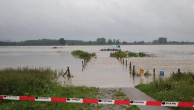 <em>Maas bij voet- en fietsersveer bij Grevenbicht 16 juli 2021</em>
