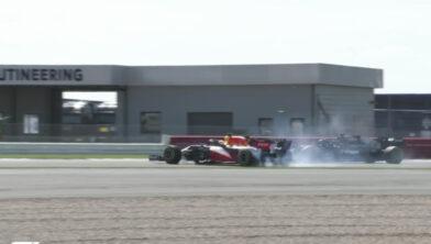 <em>Het moment waarop Hamilton de bolide van Verstappen raakt</em>