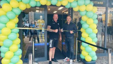 <em>Directeur Fortuna Sittard Ivo Pfennings en fanshopbeheerder Marc Hoeberichs knippen samen het lint door</em>