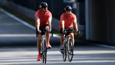<em>Max Verstappen en Sergio Perez fietsen alvast een rondje Monza</em>
