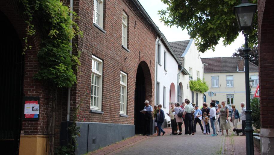 <em>Deelnemers aan de Open Monumentenwandeling in de Broekstraat</em>