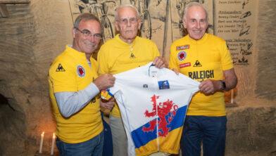 <em>Hinault, Janssen en Zoetemelk op de foto met wielershirt </em>