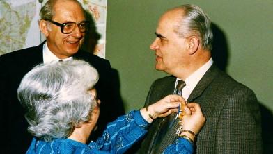 Onderscheiding Commissaris der Koningin Overijssel mr.J.Niers op 23-04-1986