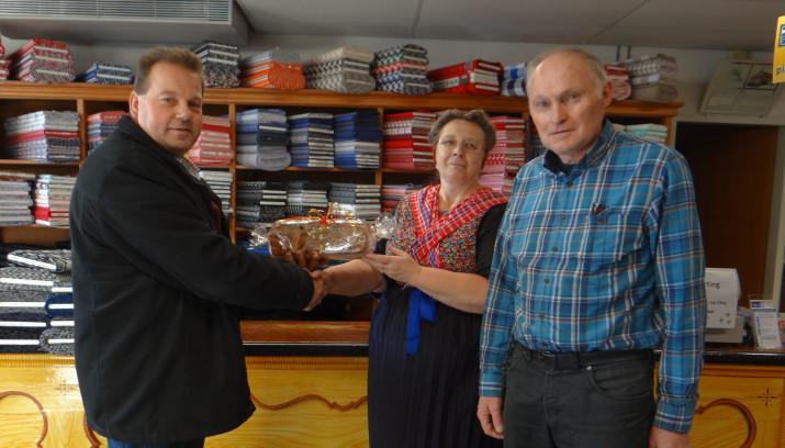 Henk Koobs met het winnende echtpaar Bloemert-Vloedgraven.