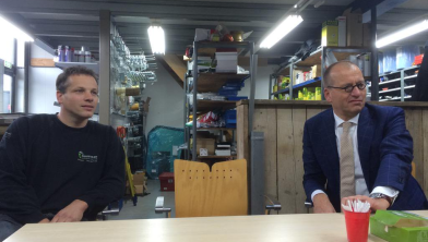 Dhr. H. Bouwman en burgemeester Segers in werkoverleg