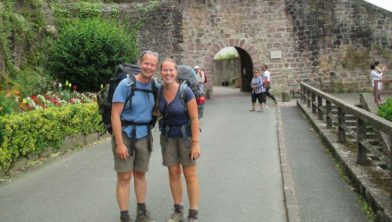 Geanne Kobes (rechts) wandelend naar Santiago de Compostela