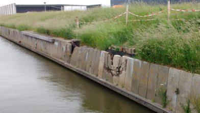 Kapotte betonnen damwand langs Voorsterhaven in Zwolle