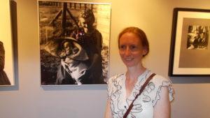 Kleindochter Roelie Koobs poseert bij een foto van haar grootmoeder