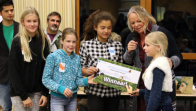 Gedeputeerde Hester Maij overhandigt cheque aan leerlingen van De Zaaier