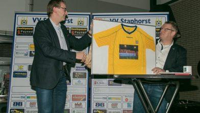 Wethouder Krale onthult ingelijst voetbalshirt