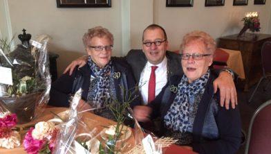 Links Tinie, rechts Dinie, de burgemeester van Staphorst in het midden.
