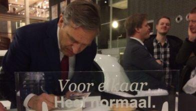Sybrand Buma ondertekent Zorgawards