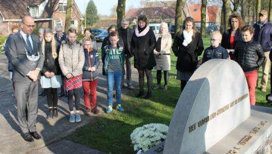 Burgemeester Segers heeft zojuist bloemen gelegd bij het monument.