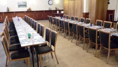 De tafel staat gereed voor de gasten