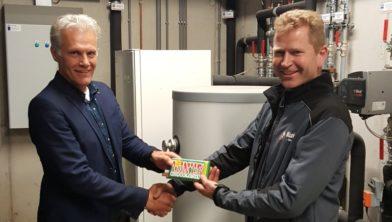 Lucas Mulder reikt duurzaamheidsreep uit aan Kuiper Wagenbouw