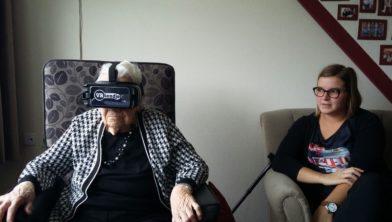 Cliënt probeert VR-bril op haar sterfbed. Haar familie wil deze foto graag delen.