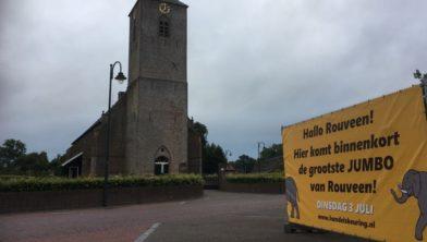 Tussen kerktoren en spandoek is beoogde locatie zichtbaar...