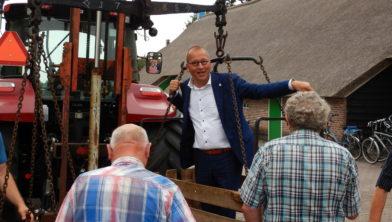 Burgemeester Segers laat zich wegen op de Staphorstdagen in 2018