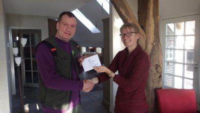Clarien Cornelisse overhandigt cheque voor Belevingspad