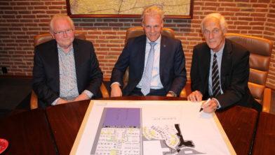 Wethouder Mulder geflankeerd door de heren Dons en Van der Walle.