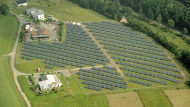 Een zonnepark in Sauerland (Duitsland)