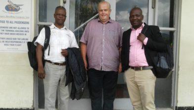 Charles Paundedi, Wim Akster  en Clement Gopanikufa op het vliegveld van Blantyre in mei 2019.