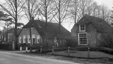Het koetshuis vroeger, nu verenigingsgebouw 'Het Koetshuus'