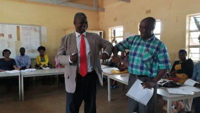 P. Chikuse (links) wordt verwelkomd door vertrekkend schoolleider G.P. Mphande (rechts).