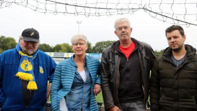 Olde Veste coryfee Bert Boonstra en daarnaast de G-team begeleiders Alien Stuifzand, Jack Berghuis en Jos Kruizinga