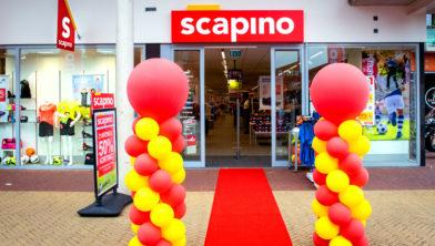 Het nieuwe logo van Scapino op en bij het nieuwe pand van Scapino